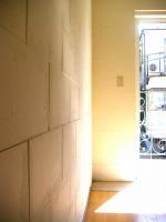 音楽室の壁は職人さんの手作業で凹凸に積み上げ、波打たせた天井と同時に美音空間に仕上がっています。