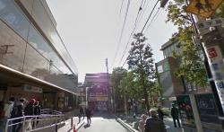 最寄駅の茗荷谷駅は社会人や学生でにぎやか。駅周辺は商業施設が豊富