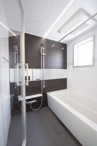サウンドプルーフ中目黒 バスルーム 強化ガラスのドアがついています。
