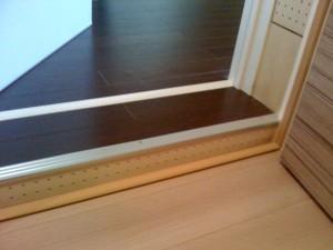 防音ドアの場合は一般的に床に段差ができます。