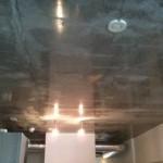 コンクリートの  男性的な力強さ  を表現する為に敢えて荒々しく仕上た天井