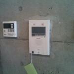 セキュリティーの要、オートロック対応インターホン。浴槽、キッチンと連動する追焚きリモコンが装備