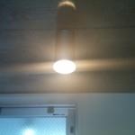 玄関ホールに標準装備の照明。コンクリート打ちっ放しの天井にデザイン性の高い照明が映えます
