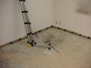 施行前の床(コンクリートスラブ)が見えます。最初に壁枠に沿って制振材(音パット1800mm×高さ40mm)を配置します